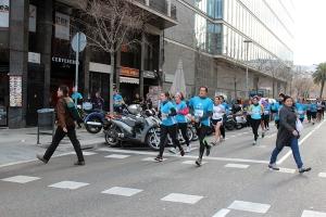 Típica estampa de las carreras populares: runners que van por el circuito, otros que recortan y viandantes cruzando la calzada en la Cursa de sant Antoni.