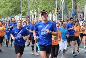 Corredores llegando a meta en la Cursa dels Bombers 2013