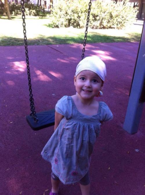 Andrea jugando en el parque.