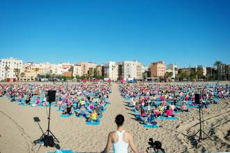 1432633659_4480_Yoga-crowd-antton-min